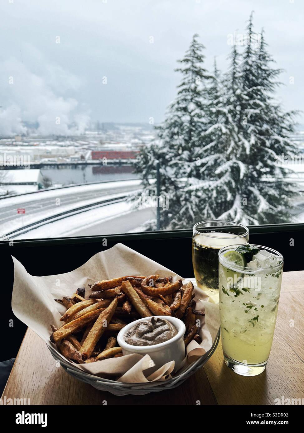 Bel tavolo vicino alla finestra in inverno Foto Stock