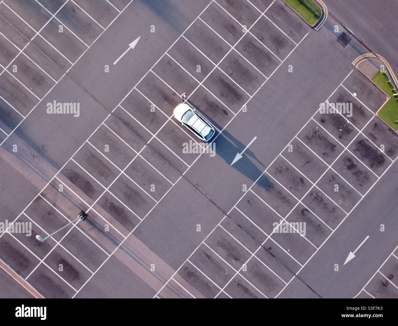Auto singola nel parcheggio Foto Stock