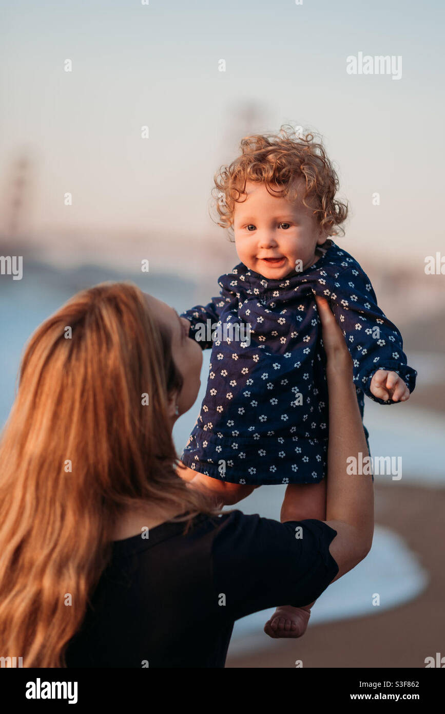 Madre e figlia sulla spiaggia di San Francisco Foto Stock