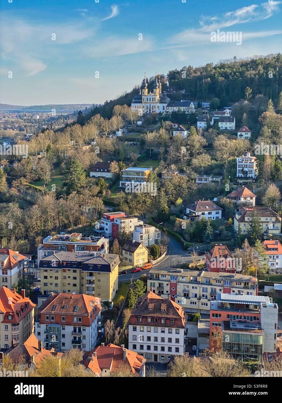 Vista sul quartiere Zellerau e sulla chiesa di Käppele dalla collina di Marienberg a Würzburg, Germania. Foto Stock