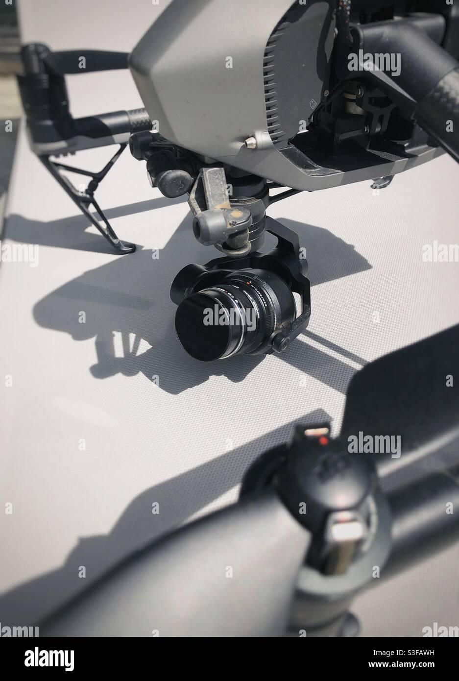 Fotocamera e obiettivo sul gimbal di un drone DJI Foto Stock