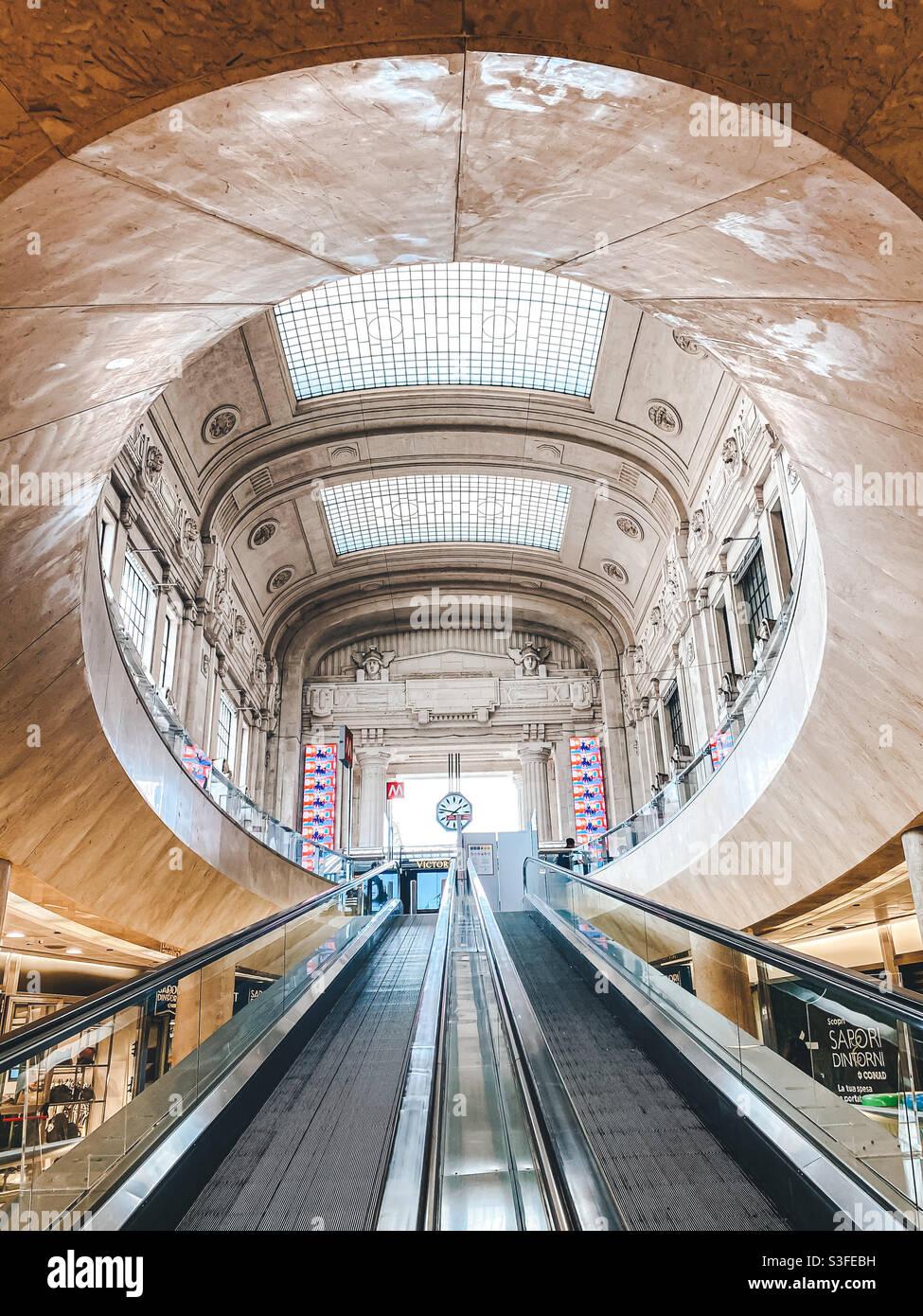 Arrivo alla stazione ferroviaria di Milano Foto Stock