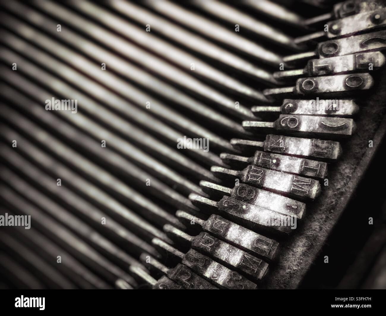 Immagine dettagliata degli attaccanti di macchine da scrivere vintage in tonalità seppia Foto Stock