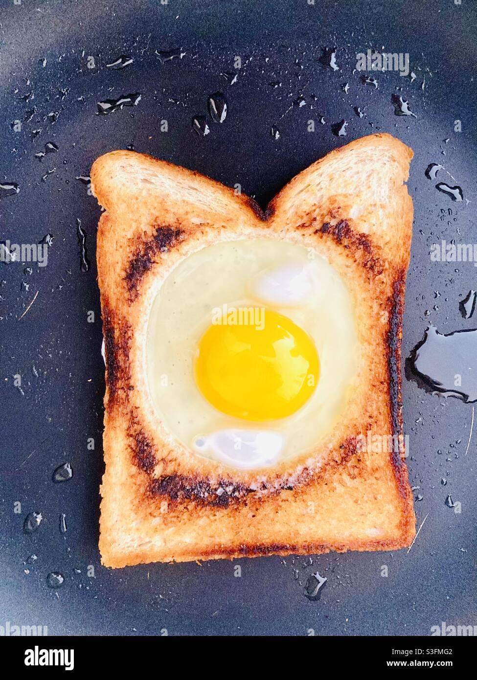 Cottura dell'uovo fritto in toast alla francese Foto Stock