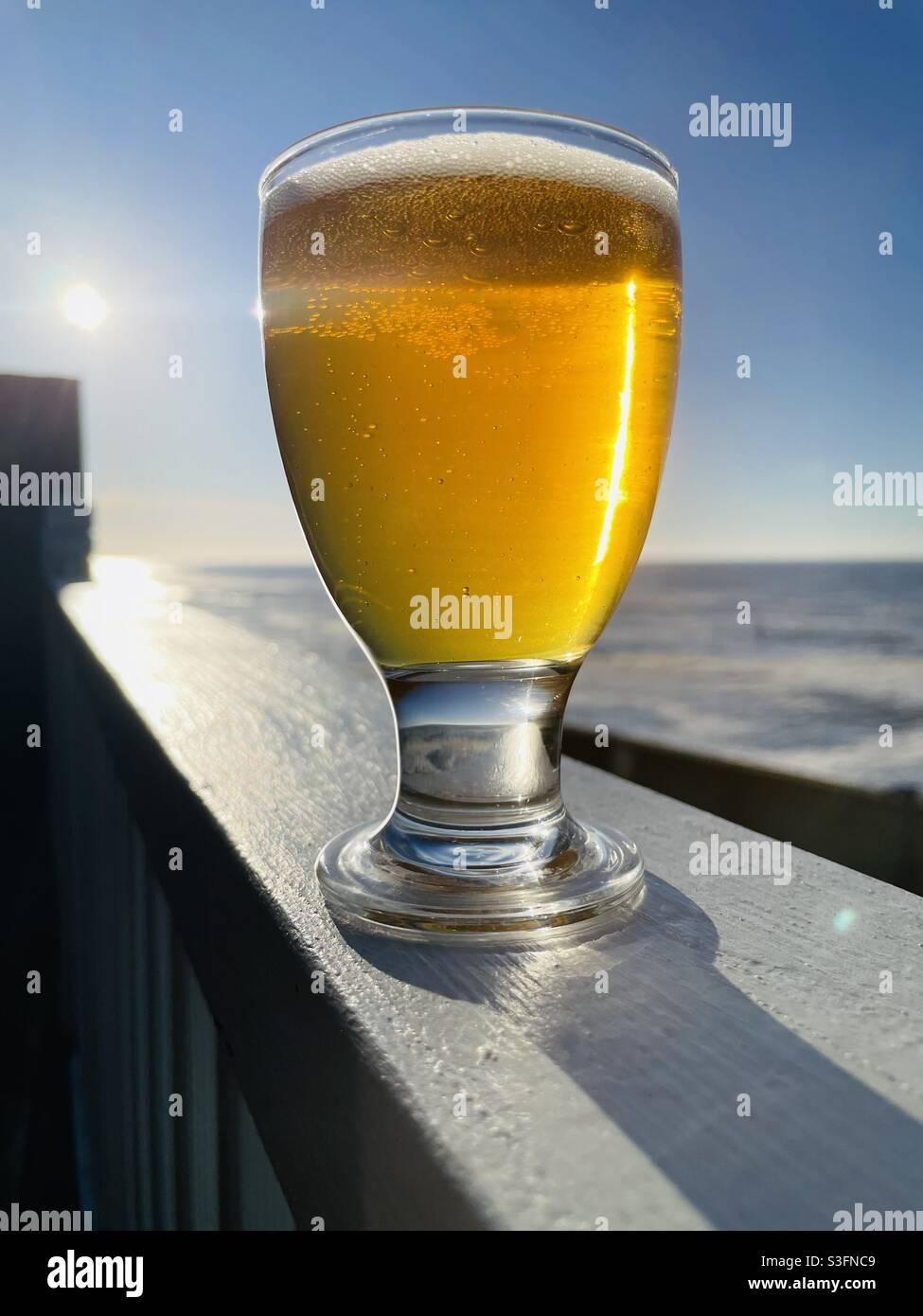 Bicchiere di birra al sole Foto Stock