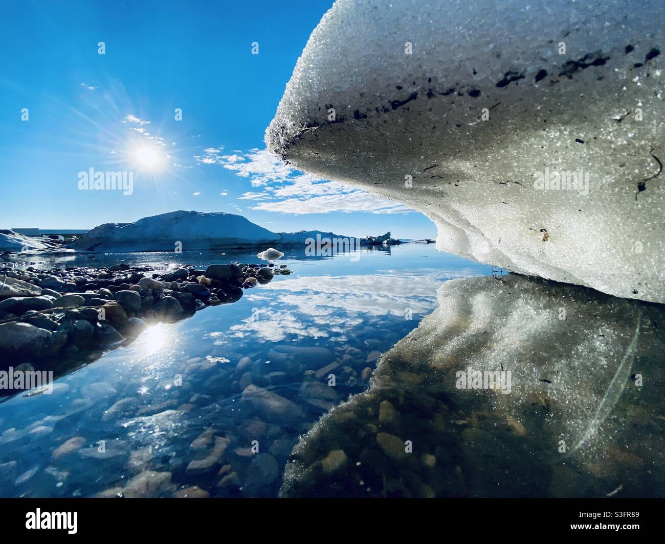 Galleggianti di ghiaccio in bretata dalla rottura annuale del mare e ghiaccio del fiume a Kotzbue Sound nell'Artico dell'Alaska. Kotzebue, Alaska, Stati Uniti Foto Stock