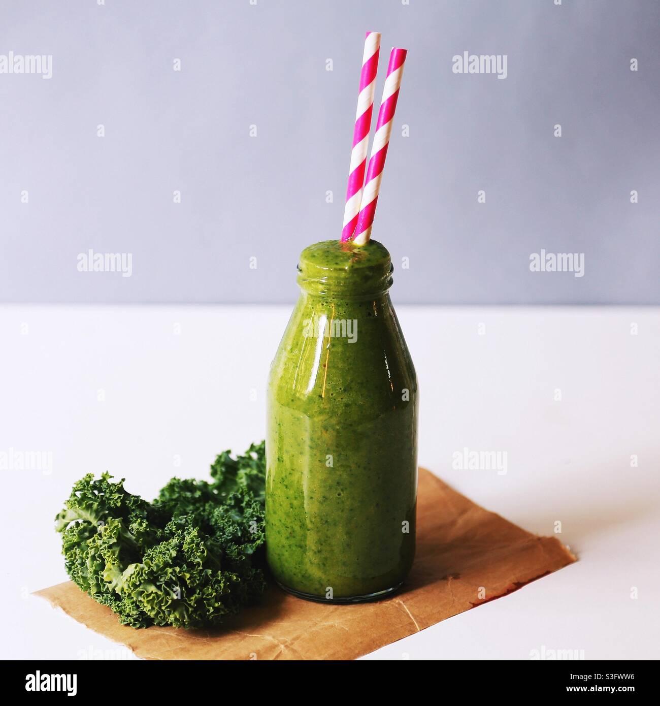 Banana e kale frullato colazione a basso contenuto di carb. Foto Stock