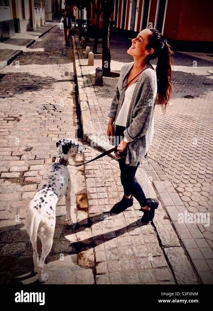 ragazza e cane spagna strada Foto Stock