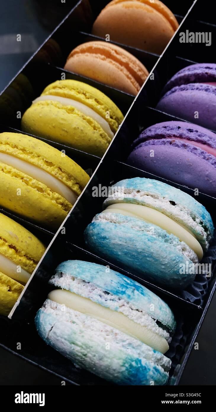 La vita è come una scatola di macaron. La vita è dolce. Macaron a mezzanotte. La vita è come Macarons, è sempre piena di colori🌈🦋✨ Foto Stock