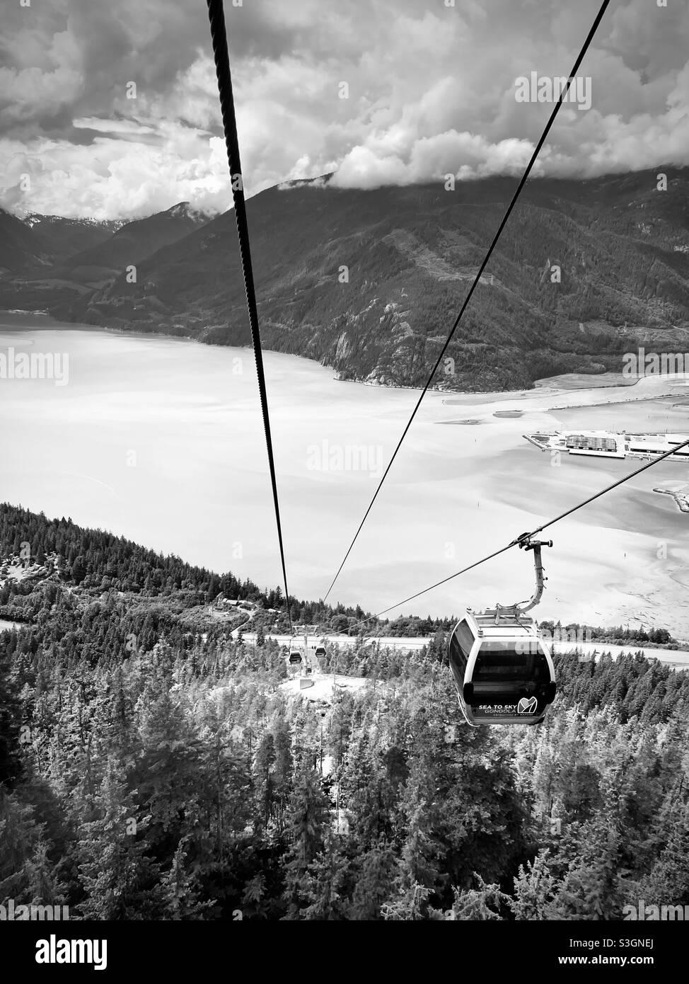 Una gondola che scende alla base del mare per le gondole Sky. Squamish, British Columbia. Canada. Foto Stock