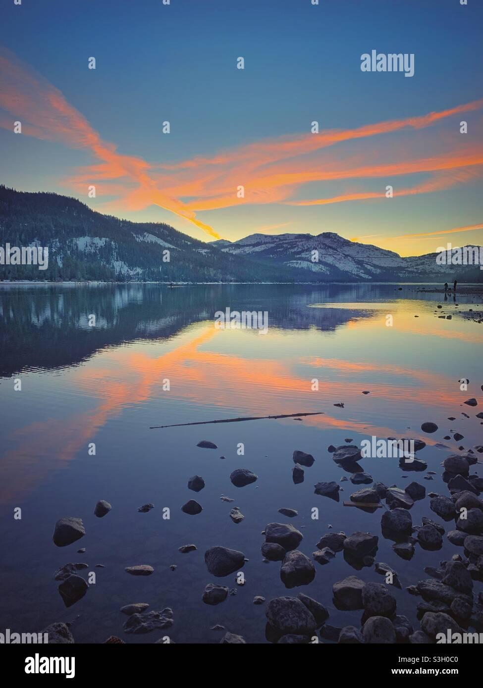 Cielo al tramonto sulla spiaggia Foto Stock