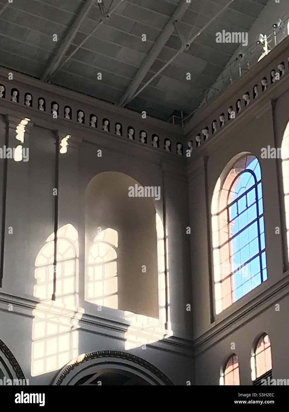 Luce del sole e archi Foto Stock