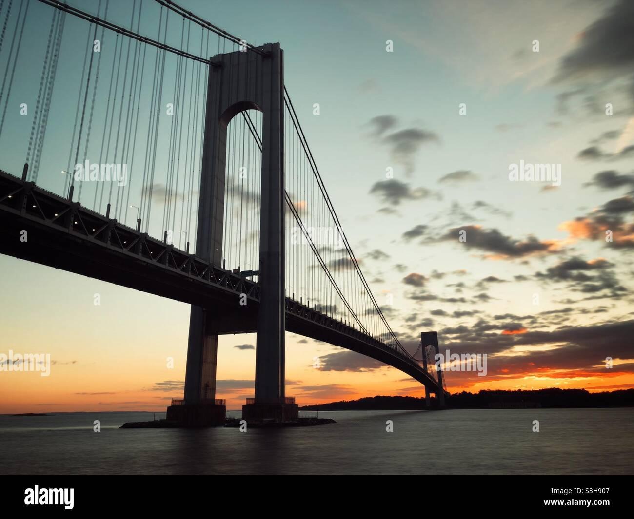 Ponte Verrazzano-Narrows visto da Brooklyn, New York al tramonto. L'isola di Staten è visibile in lontananza. Foto Stock