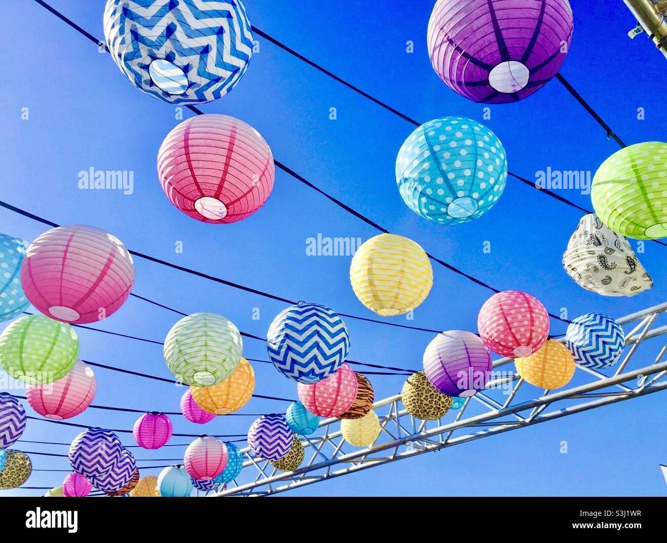 Lanterne di carta nel cielo Foto Stock