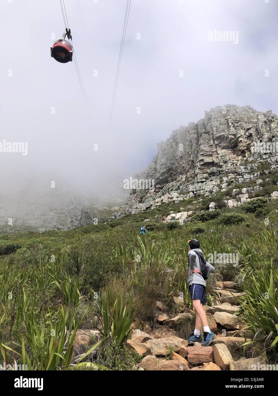 Table Mountain coperto di nebbia, con la funivia diretto verso l'alto Foto Stock