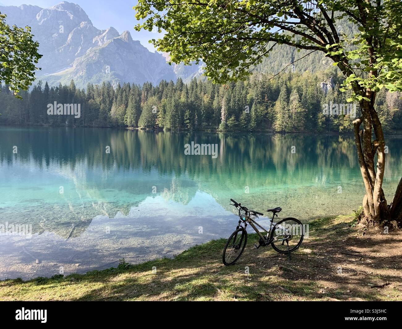 In bicicletta vicino al lago fuzine Italia Foto Stock