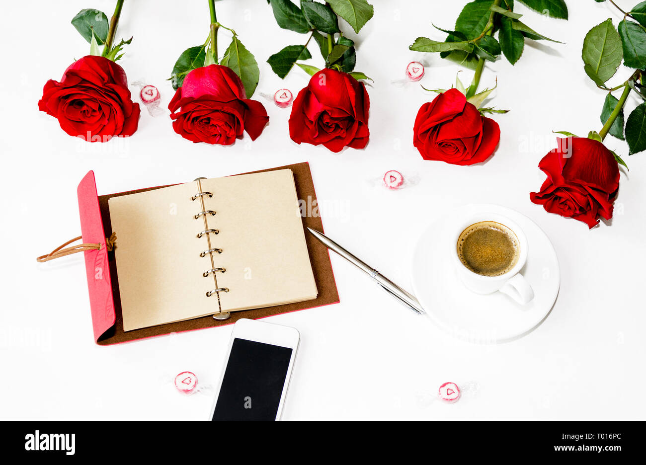 Notebook Con Una Penna Un Telefono E Un Mazzo Di Rose Rosse Dolci