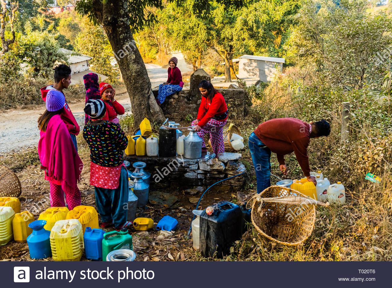 Popolo Nepalese Ottenere Tutta La Loro Acqua Da Un Pozzo E Poi