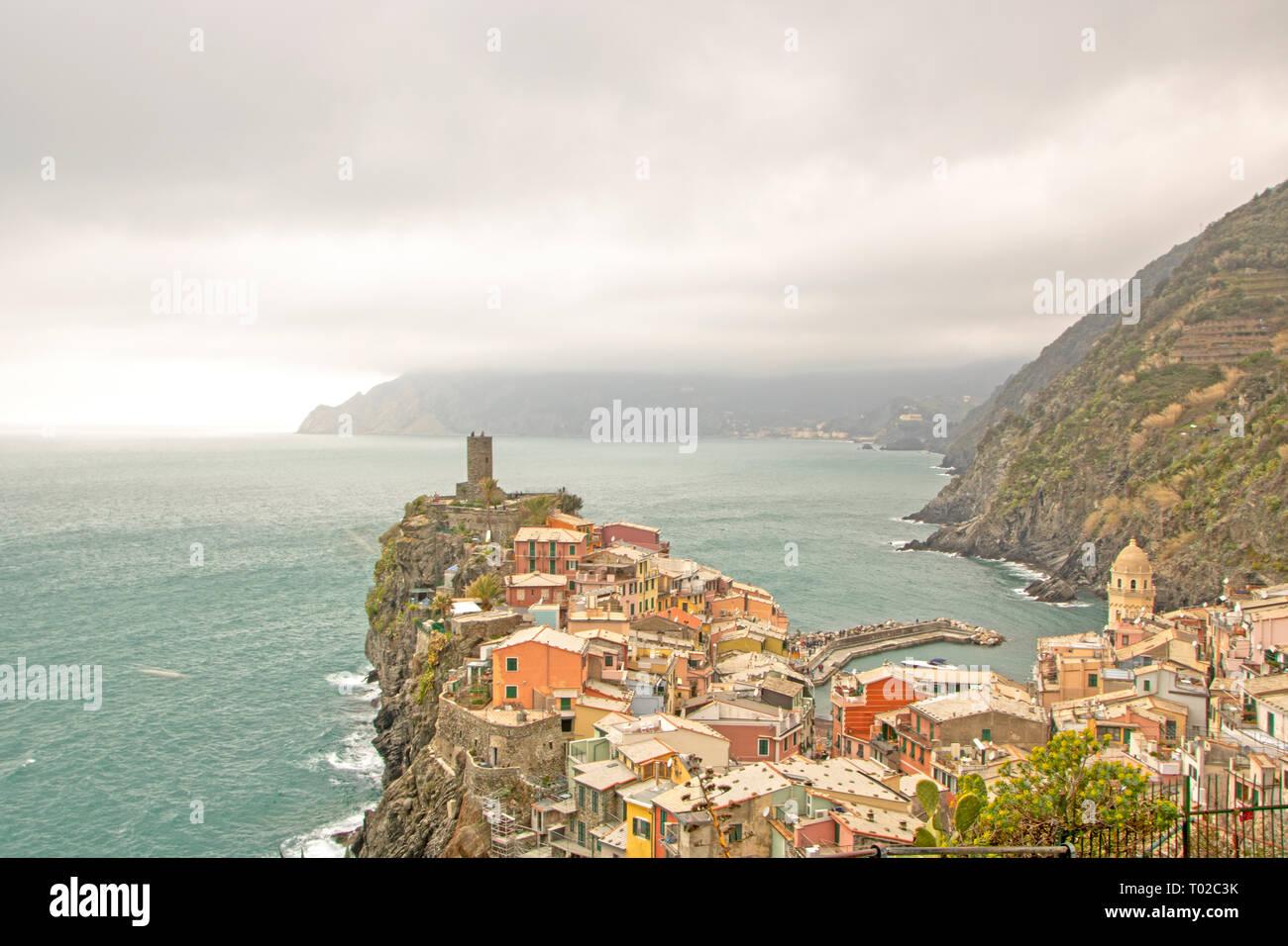 Vista della pittoresca città di Vernazza, una delle Cinque Terre, Cinque Terre nella regione Liguria Italia Foto Stock