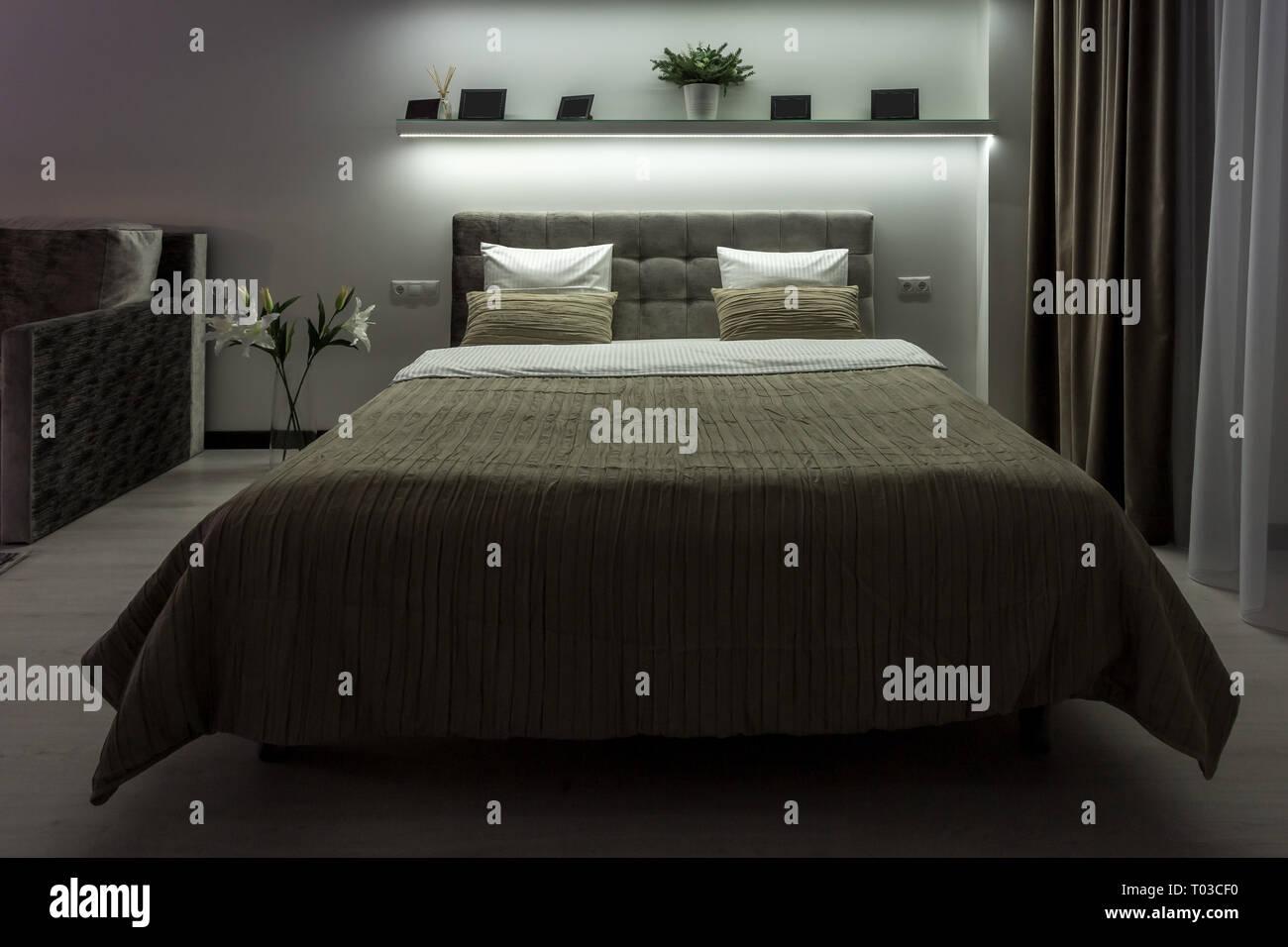 Stili Di Camere Da Letto letto matrimoniale con cuscini in interiore della moderna