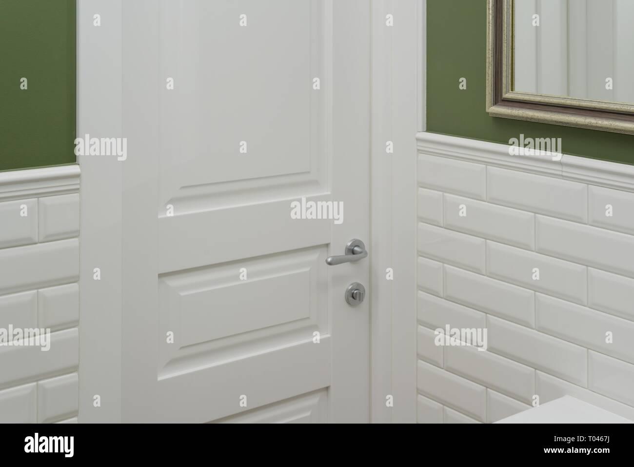 Decorazione Pareti Bagno : Porta bianca in bagno wc camera sfondo verde parete dipinta