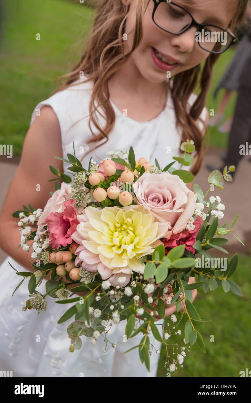 4e217efcb22f Damigella bambina azienda piccolo rustico settembre stagionale mano-legato  Bouquet nozze  rosa pastello roses