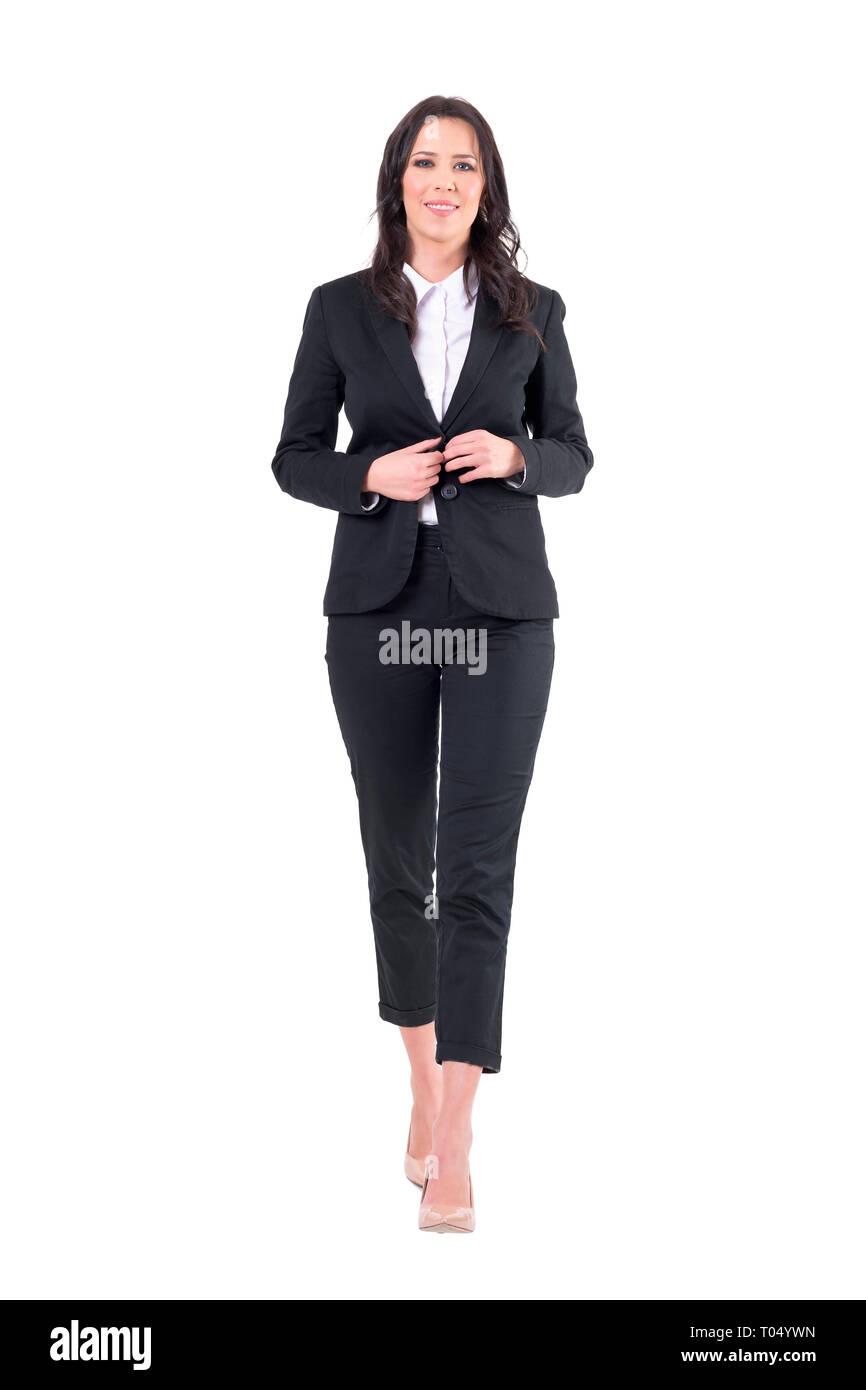 a0e2b7bac7e7 Felice rilassata elegante business Donna che cammina e abbottonatura abito  nero. Corpo pieno isolati su