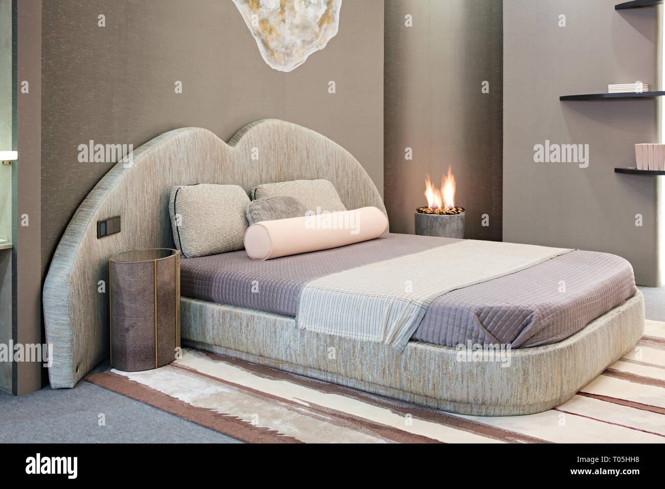 Di lusso stile moderno camera da letto, interni di un hotel in ...