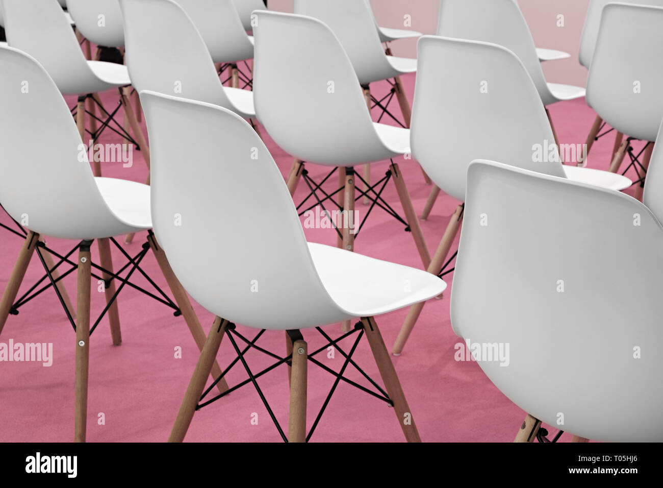 Sedie Di Plastica Bianche.Conferenza Sedie Bianche In Camera Business Righe Di Plastica
