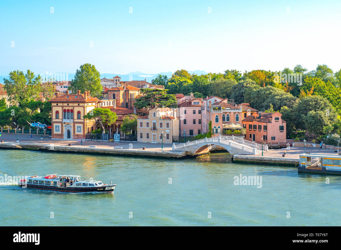 L'Italia, Venezia, Vista dei Sette Martiri laguna banca con i Sette Martiri ponte e un traghetto in primo piano Immagini Stock