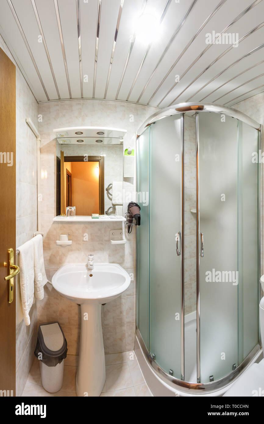 955297c788 Servizi igienici e di dettaglio di un angolo cabina doccia con montaggio a  parete attacco doccia bagno øò dell hotel