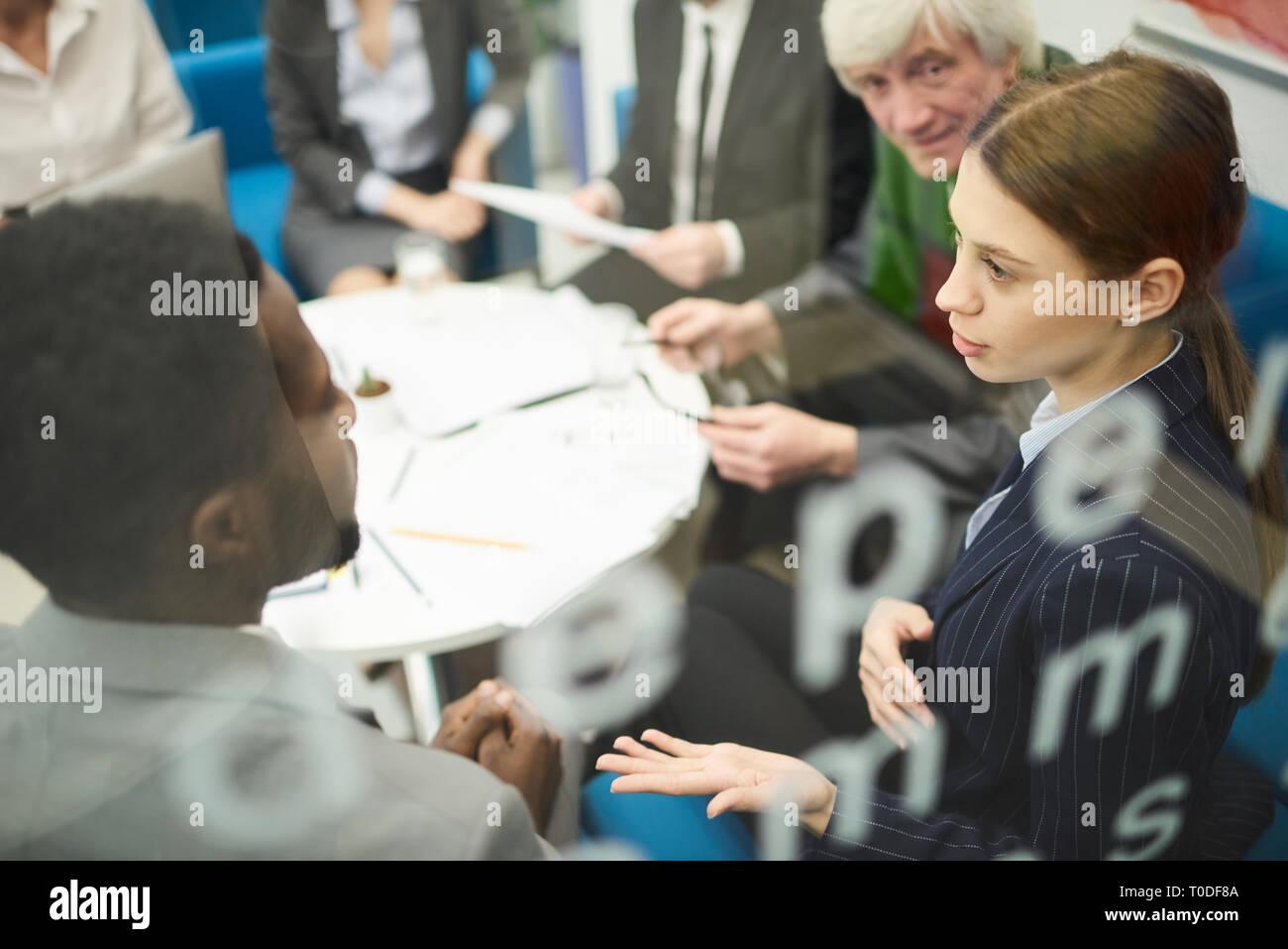 Multi-Ethnic Persone in riunione aziendale Foto Stock
