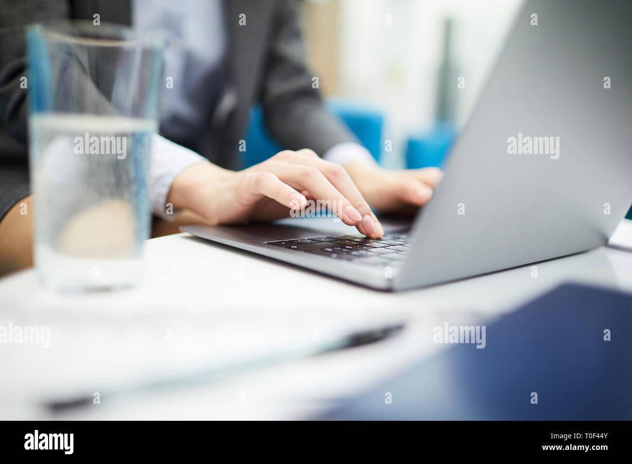 Imprenditrice digitando Closeup Foto Stock