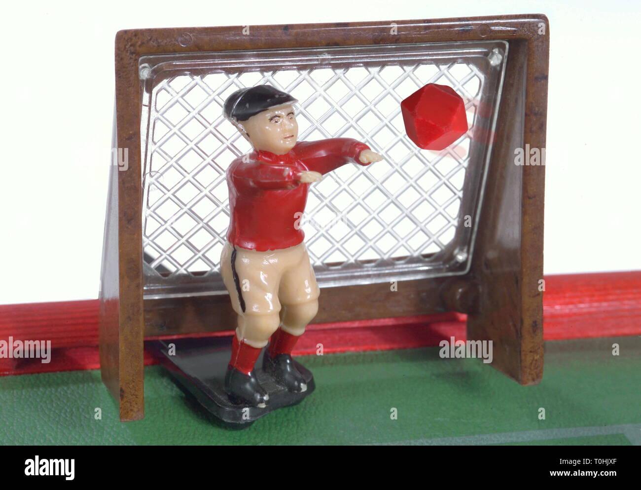Giocattoli, obiettivo con keeper, realizzato dalla VEB Plastik-Werk Berlino, East-Germany, 1960, Additional-Rights-Clearance-Info-Not-Available Immagini Stock
