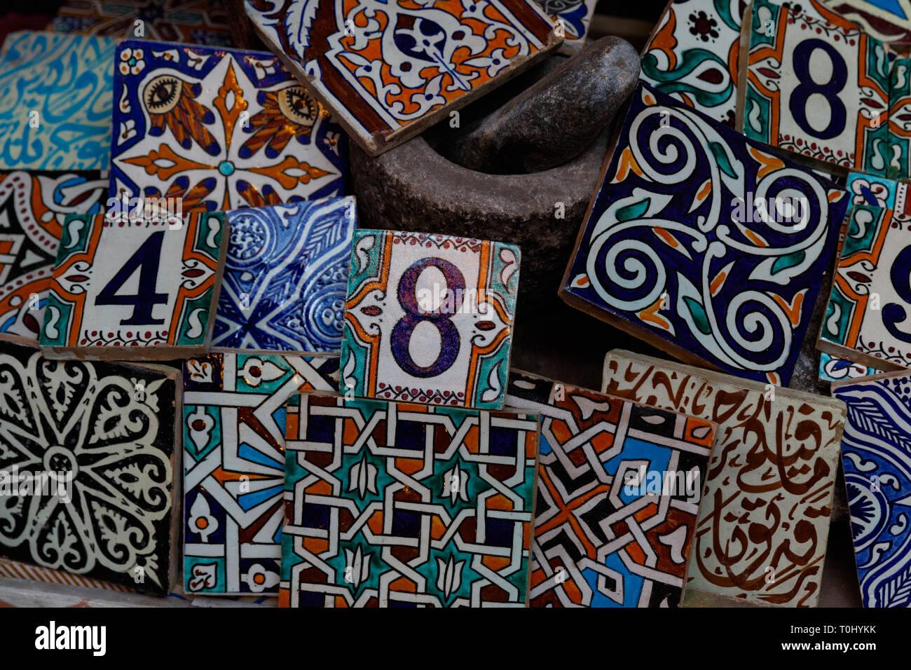 Arabo tradizionale artigianale colorate piastrelle decorate al