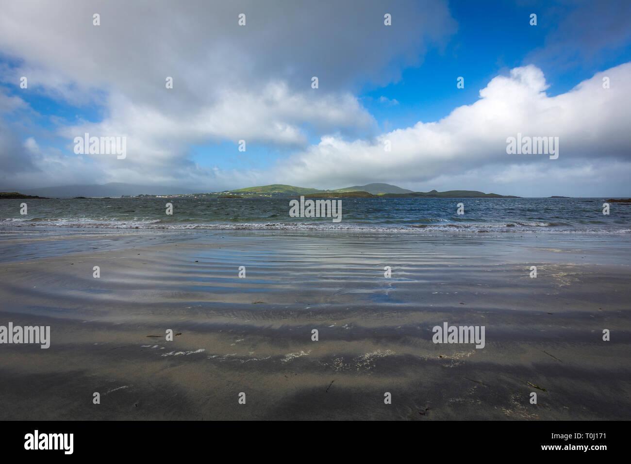 Camminare al White Strand, Co. Kerry, Irlanda Foto Stock