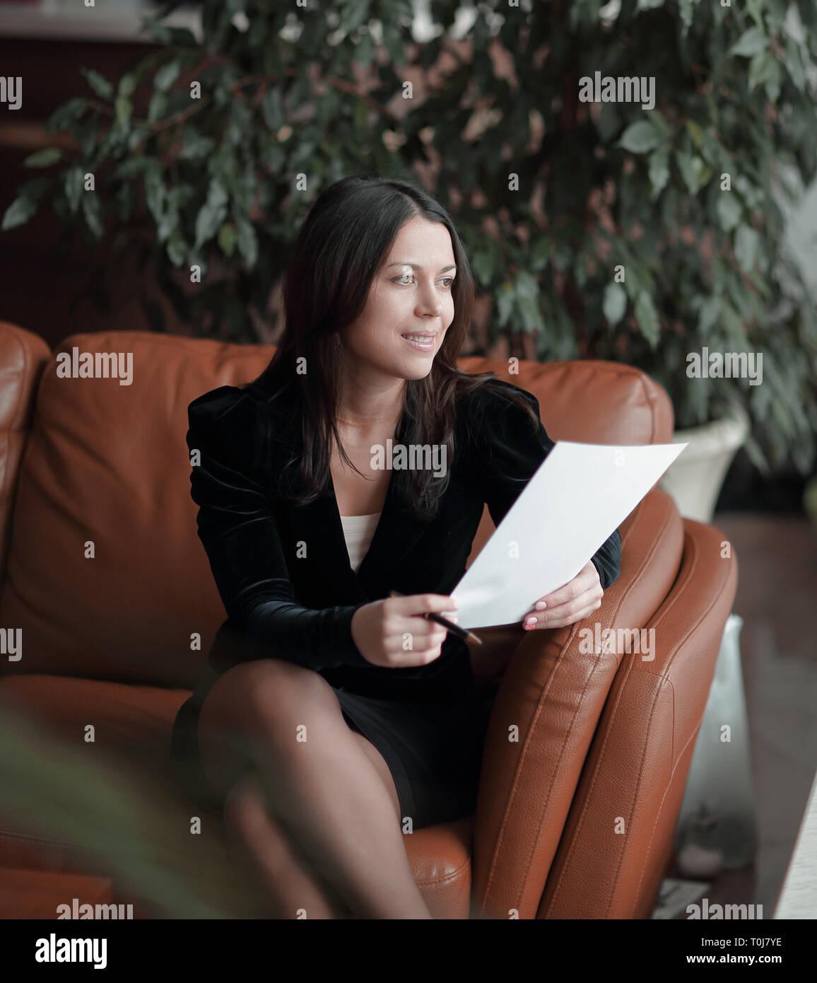 Close up. business donna seduta nel centro business e la lettura dei documenti Foto Stock
