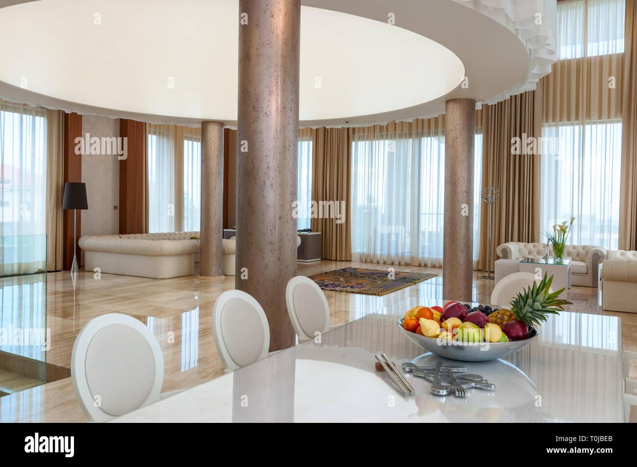 Interni moderni e contemporanei in marmo di lusso di un grande e spazioso soggiorno Foto Stock