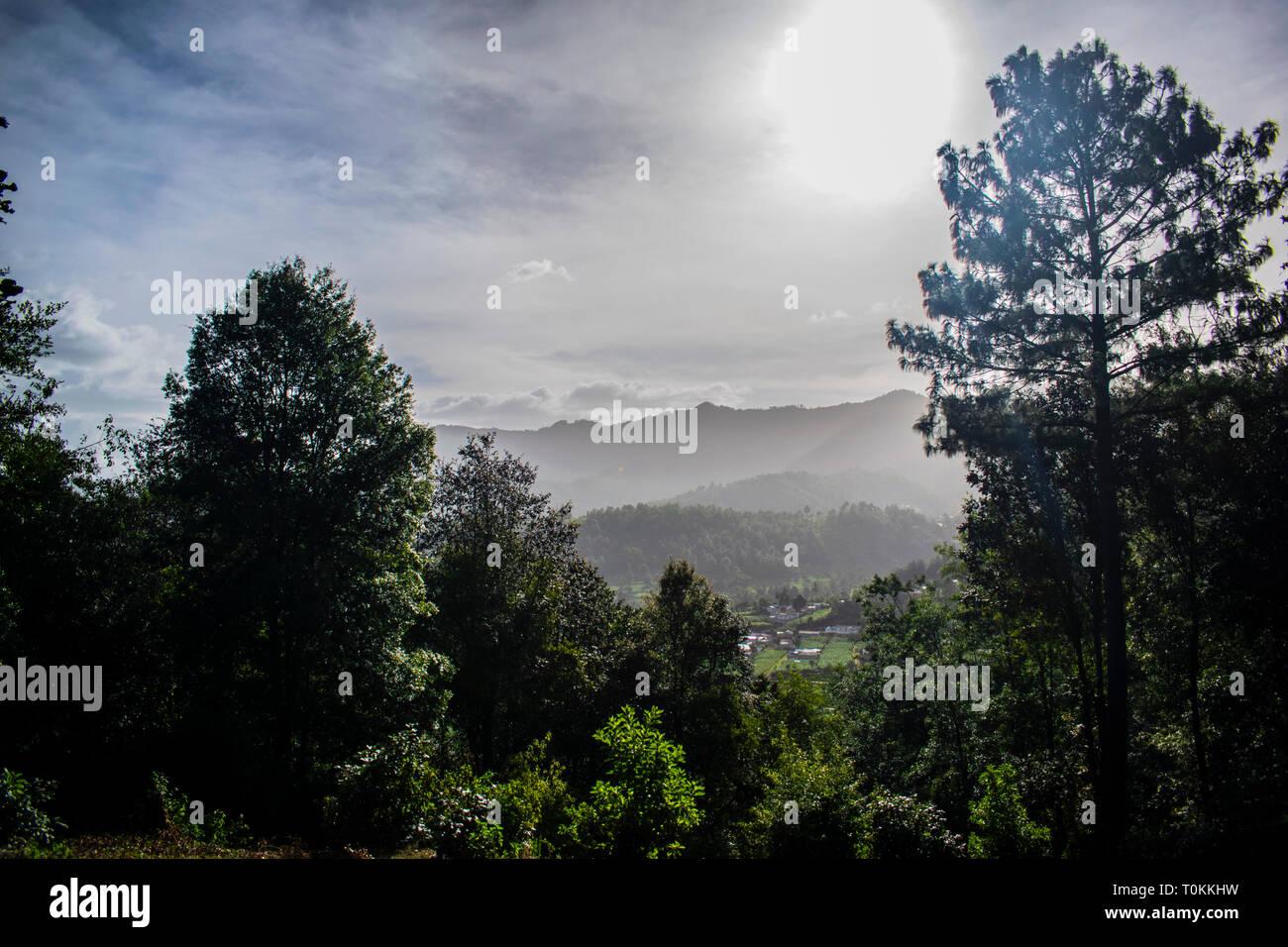 Cajola mirador al gran valle amanecer sobre los arboles en las grandes montañas de pueblo,, unà vista panoramica e unica con grandes maravillas de la Foto Stock