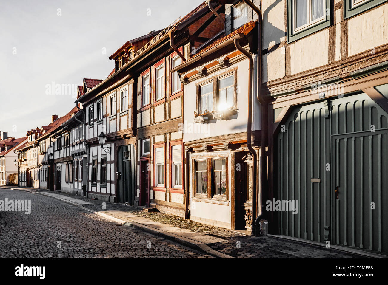 Semi-case con travi di legno a Wernigerode nella catena montuosa di Harz, Sassonia-Anhalt, Germania Foto Stock