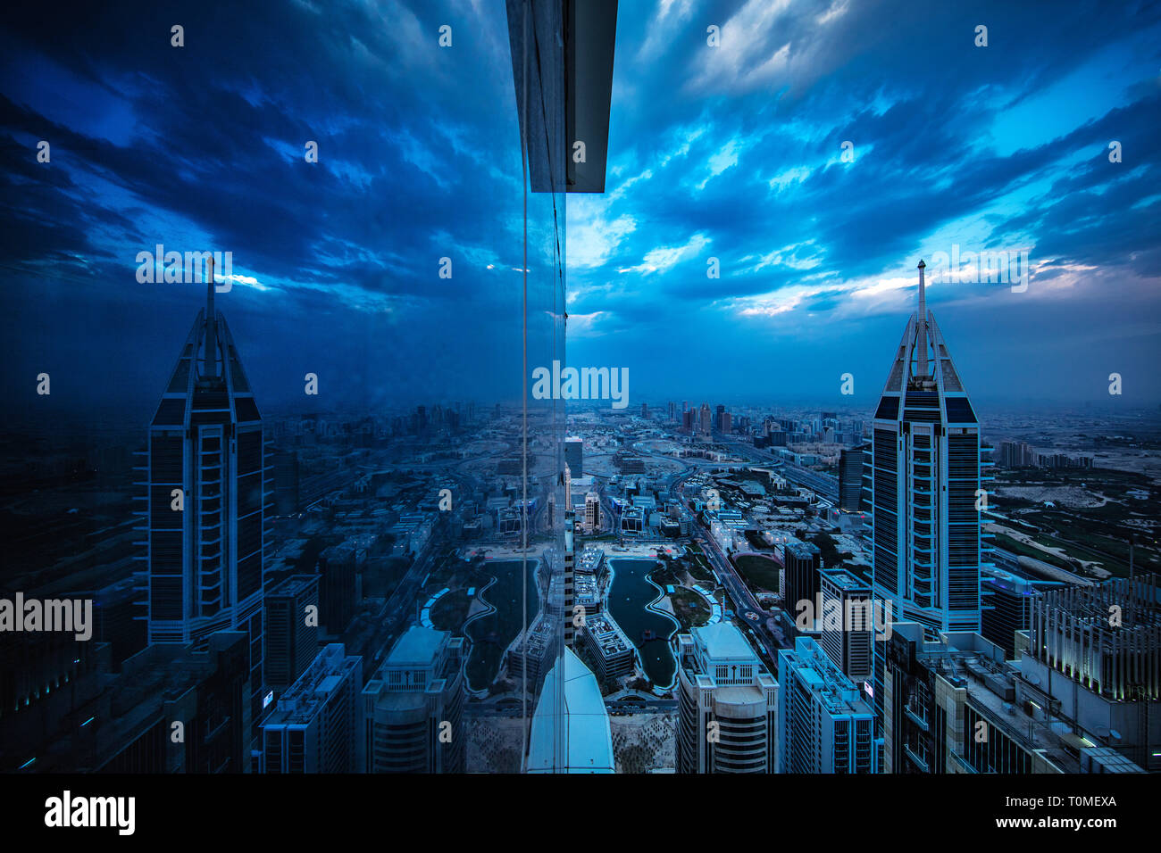 Una riflessione di Dubai Marina, Dubai, UAE Foto Stock