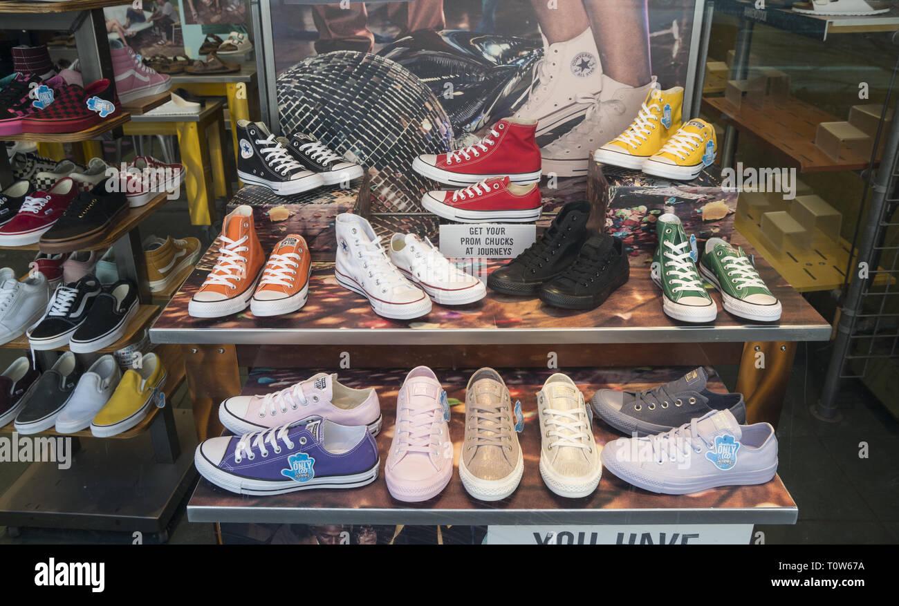 82d4569d93 Retrò popolare cercando calzature sportive. displyed nel Greenwich Village  di New York City. Immagini