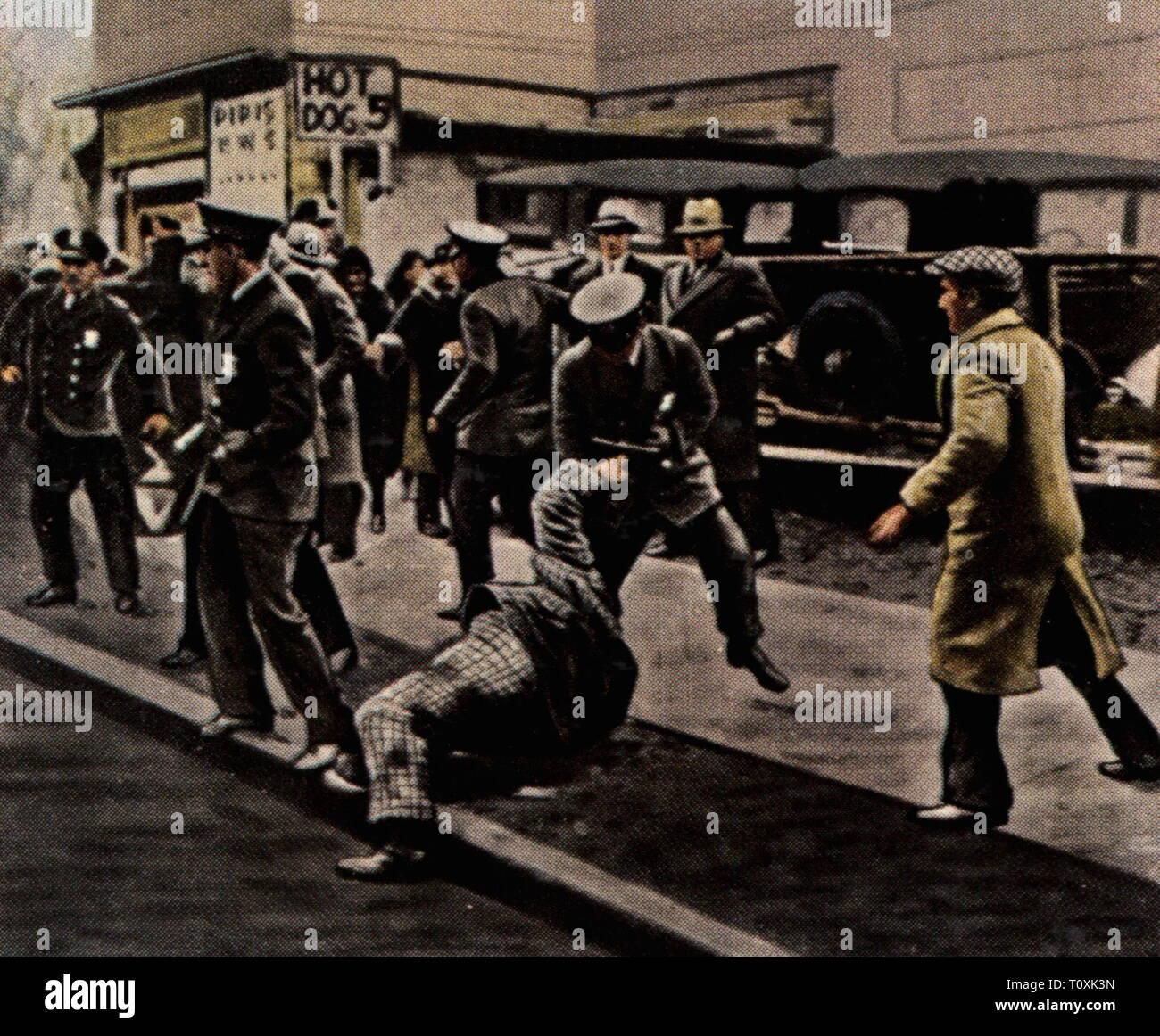 Politica, dimostrazioni, STATI UNITI D'AMERICA, cibo sommossa a Minneapolis, Minnesota, febbraio 1931, la polizia sta avanzando con forza contro i manifestanti, fotografia colorata, carta di sigaretta, serie 'Die Nachkriegszeit', 1935, depressione mondiale, World depressioni, crisi, crisi scareness alimentare, la carenza di cibo, fame, hungriness, sommossa, sommosse, affray, disoccupati, nonworker, workless, disoccupati, disoccupazione, povertà, violenza, di protesta, proteste, persone del xx secolo, 1930S, politica, politica, dimostrazioni, demo, dimostrazione, demo, STATI UNITI D'AMERICA, Stati Uniti d'Americ, Additional-Rights-Clearance-Info-Not-Available Immagini Stock