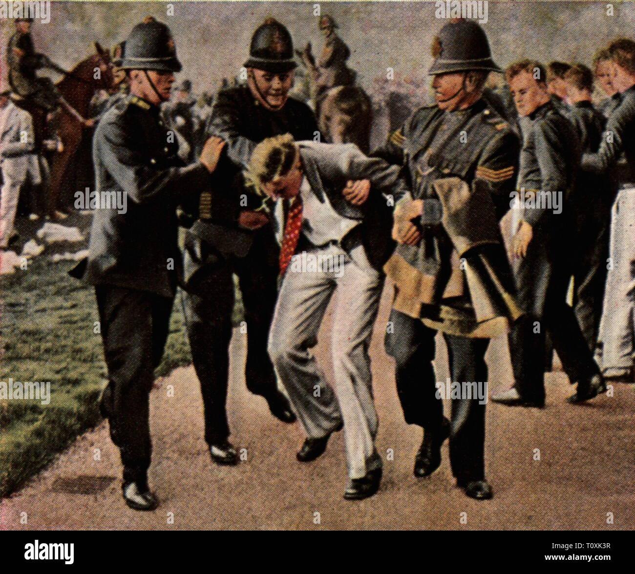Politica, dimostrazioni, Gran Bretagna, la protesta dei disoccupati, la polizia è un fermo demonstratorsin Hdye Park, Londra, 10.9.1931, fotografia colorata, carta di sigaretta, serie 'Die Nachkriegszeit', 1935, poliziotti, poliziotto, lavoratore, lavoratori, arresto, arresto, disoccupazione, depressione mondiale, World depressioni, violenza, Regno Unito, xx secolo, 1930S, politica, politica, dimostrazioni, demo, dimostrazione, demo, protesta, proteste, disoccupati, nonworker, workless, disoccupati, detenere, detenzione, dimostranti, dimostratore, colore, Additional-Rights-Clearance-Info-Not-Available Immagini Stock