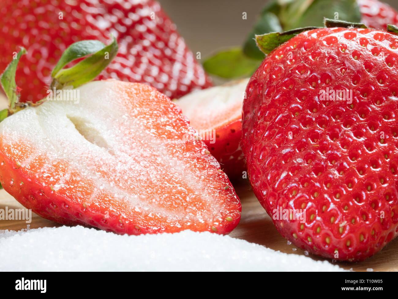 La dolcezza di mezza fragola sullo zucchero. Dolce con. Il cibo e la fotografia macro Immagini Stock