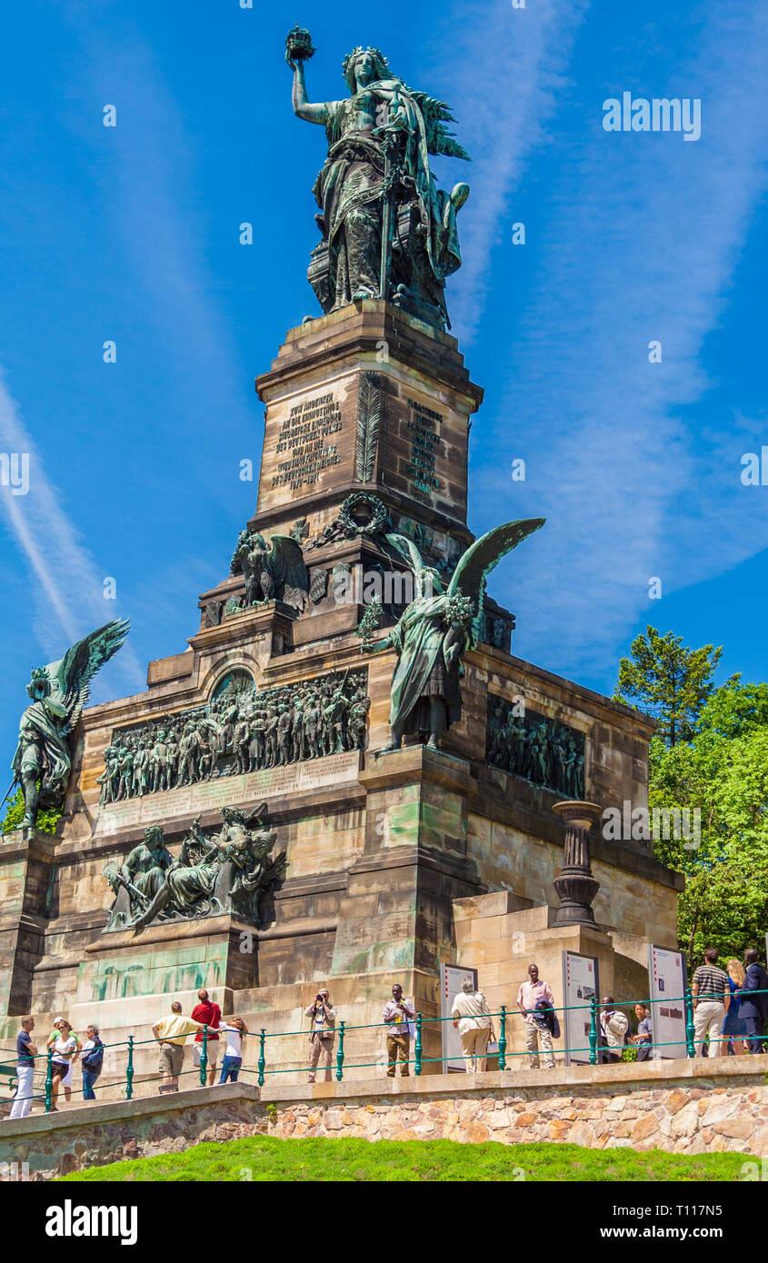 Grande immagine del Niederwalddenkmal in formato verticale, un monumento situato nel Niederwald, vicino a Rüdesheim am Rhein in Hesse, Germania. La Germania... Immagini Stock