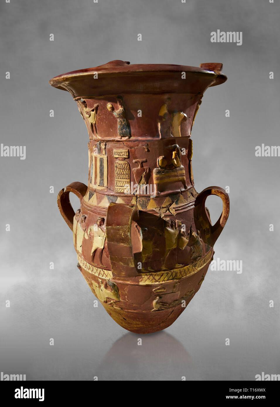 Inandik Hittita decorate in rilievo culto libagione vaso con quattro fregi decorativi con figure colorate di crema, rosso e nero. In cima regist Foto Stock