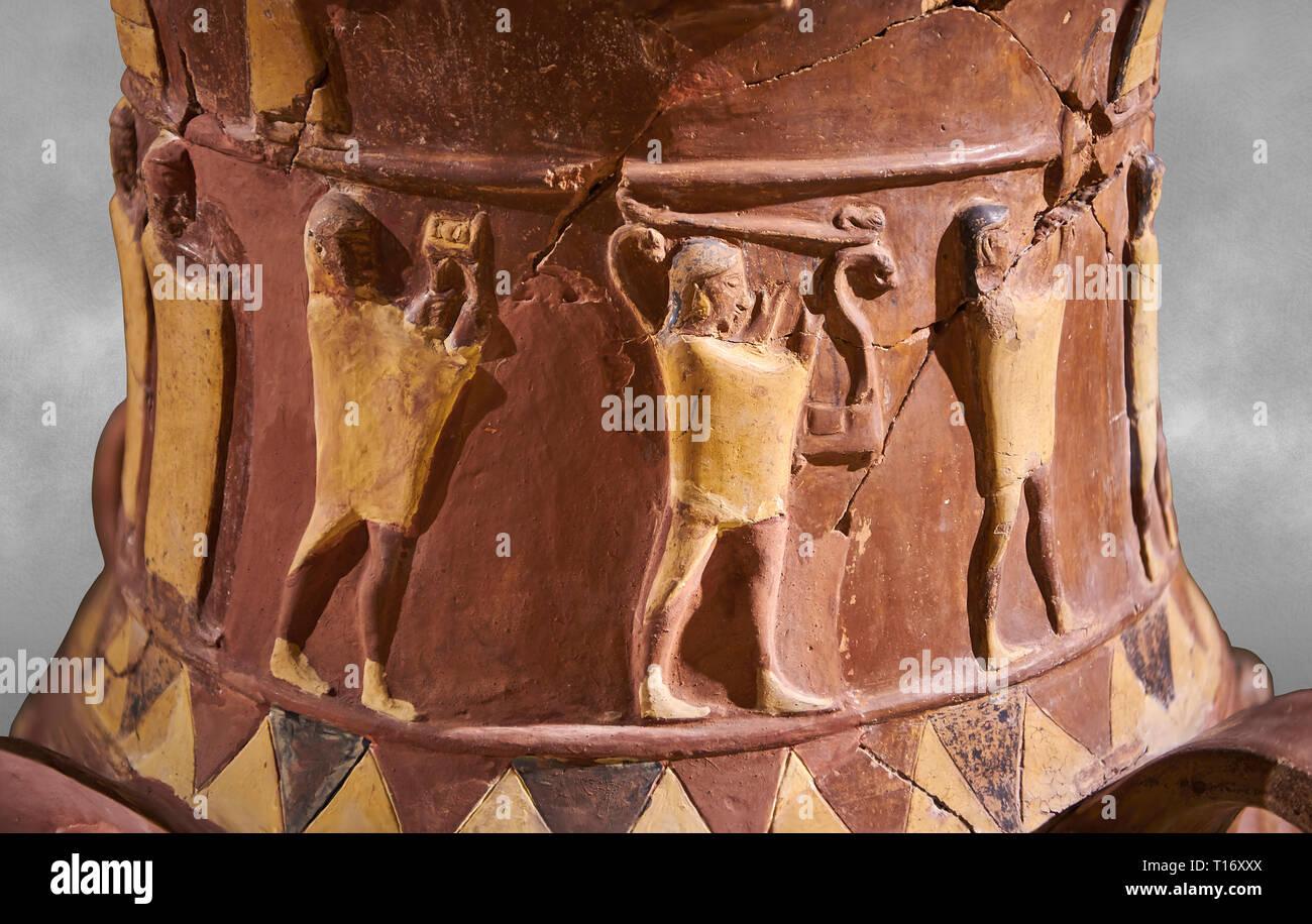 Close up Inandik Hittita decorate in rilievo culto libagione vaso decorata con figure relif colorate di crema, rosso e nero. Il processionale fi Foto Stock