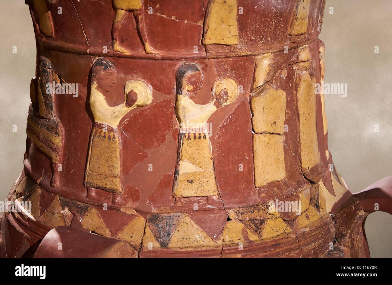 Close up Inandik Hittita decorate in rilievo culto libagione vaso decorato con donne figure a rilievo colorate di crema, il rosso e il nero gioca instr Foto Stock