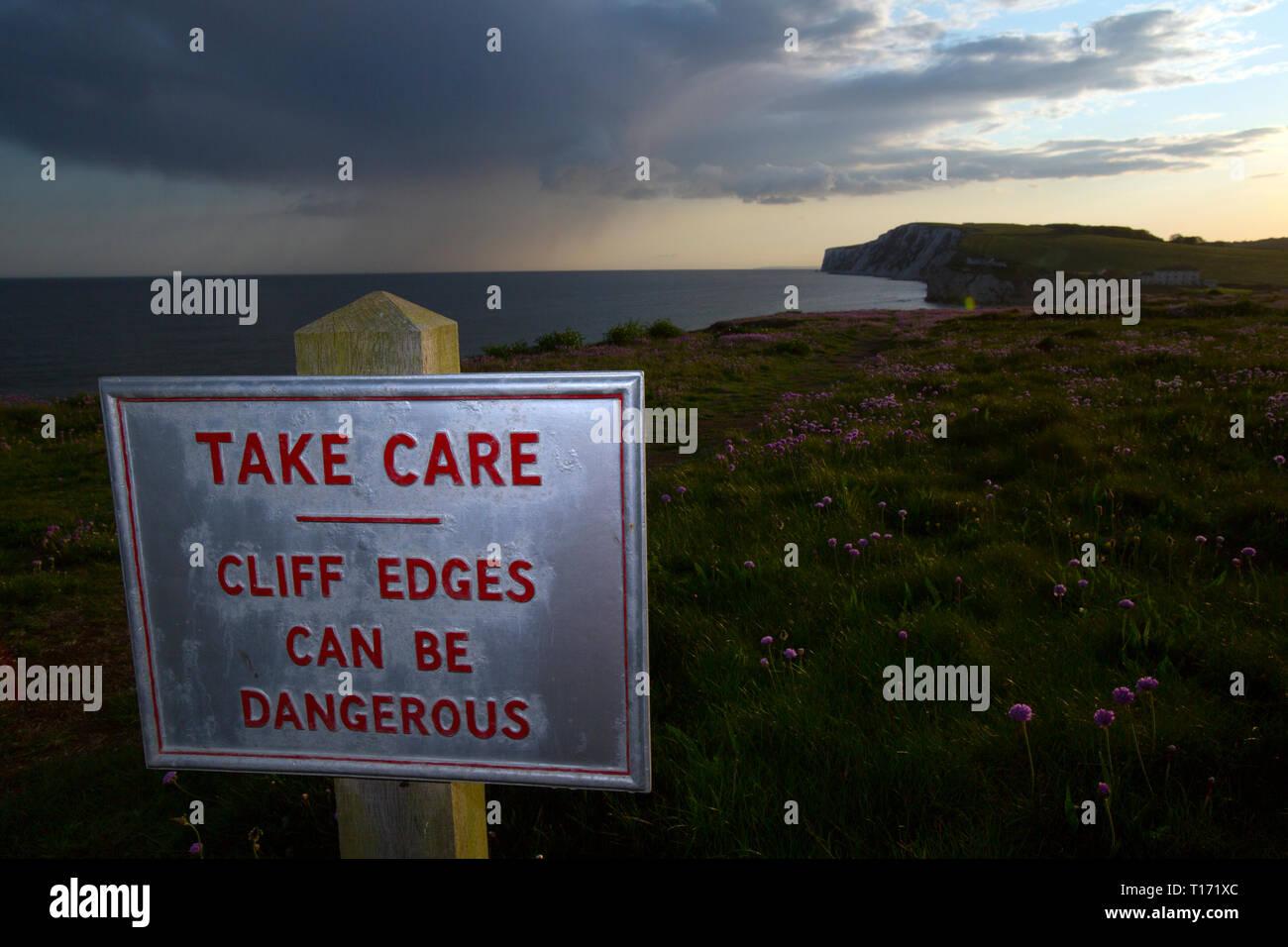 Prendere,care,pericoloso,cliff,bordi,,può essere,segno,acqua dolce,Bay,Isle of Wight,l'Inghilterra,UK, Immagini Stock